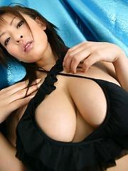 Takeuchi Nozomi posing in black bikini.