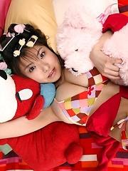 Hanai Miri posing her natural big tits in colored bikini
