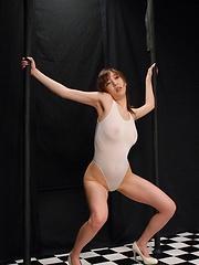 Sexy japanese girl Hinano likes oil