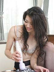 Sayuri Shiraishi pleases her hungry pussy